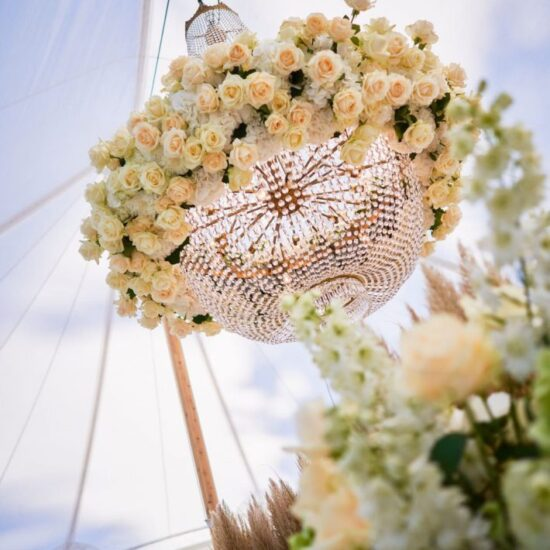 Kroonluchter Met Verse Bloemen Wedding 1 710x1066 1 550x550
